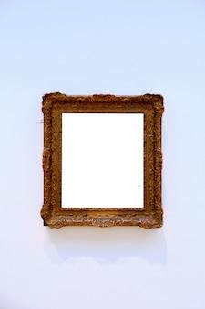 Verticale opname van een helder wit vel ingelijst in een houten frame