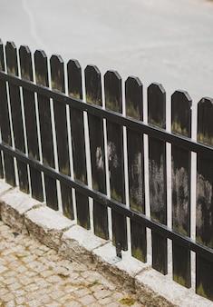 Verticale opname van een houten hek in de straat