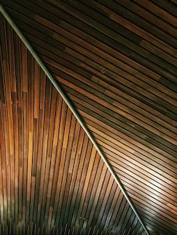 Verticale opname van een houten oppervlak met een bamboe - ideaal voor achtergrond of behang