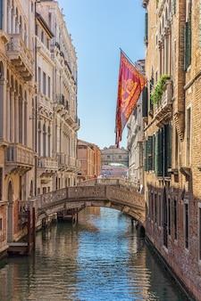 Verticale opname van een kanaal met brug in venetië, italië
