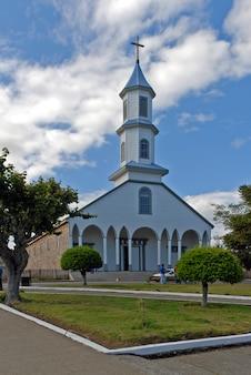 Verticale opname van een kerk met een blauwe bewolkte hemel op de achtergrond