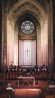 Verticale opname van een kerkzaal met een prachtig interieur tijdens een religieuze ceremonie