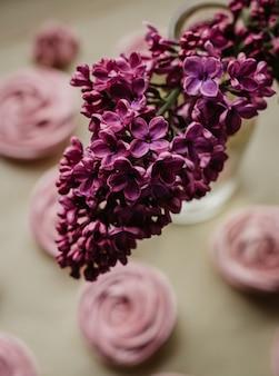 Verticale opname van een lavendelbloem in een vaas binnenshuis