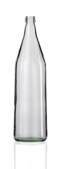 Verticale opname van een lege glazen fles geïsoleerd