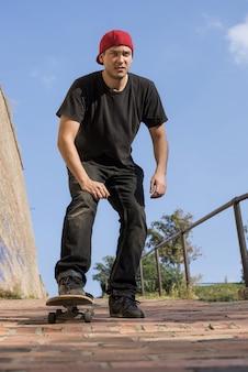 Verticale opname van een man die buiten aan het skateboarden is
