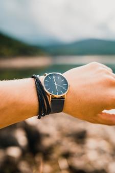 Verticale opname van een man met een horloge