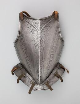 Verticale opname van een middeleeuwse borstplaat geïsoleerd op een witte achtergrond