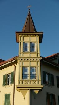 Verticale opname van een modern architectonisch gebouw met een heldere blauwe hemel