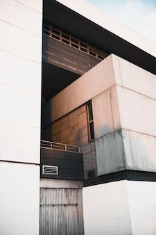 Verticale opname van een moderne witte gevel van een gebouw