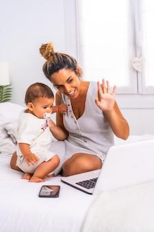 Verticale opname van een moeder met haar kind