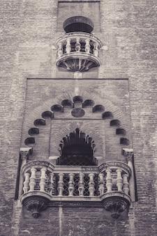 Verticale opname van een mooi balkon van een historisch gebouw in spanje