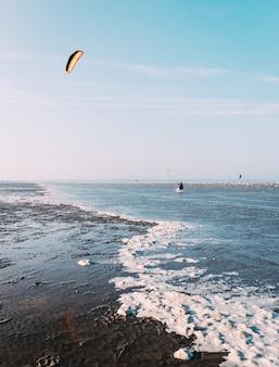 Verticale opname van een prachtig uitzicht op een zee met een blauwe lucht op de achtergrond