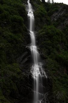 Verticale opname van een prachtige waterval in de bergen van alaska