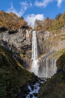 Verticale opname van een prachtige waterval op de rotsen