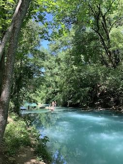 Verticale opname van een rivier in het bos bij colle di val d'elsa, toscane, italië
