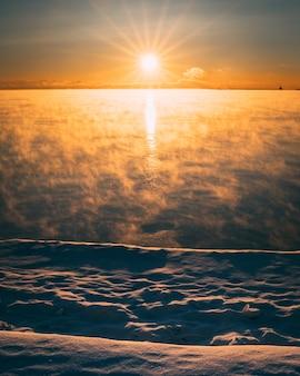 Verticale opname van een rode lucht in de ochtend op een besneeuwde dag