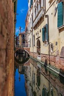 Verticale opname van een smal kanaal in venetië, italië bij daglicht
