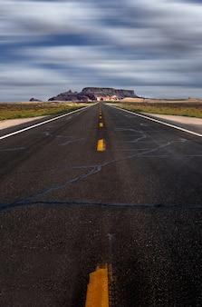 Verticale opname van een snelweg onder de bewolkte hemel