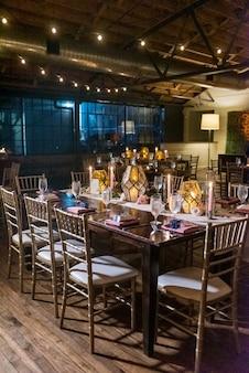 Verticale opname van een tafel met een elegante setting in het restaurant in de avond