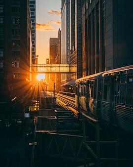 Verticale opname van een treinstation met de trein tijdens de zonsopgang