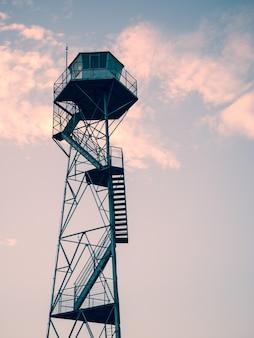 Verticale opname van een uitkijktoren onder de prachtige avondrood