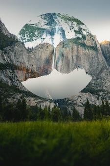 Verticale opname van een vervormd beeld van een berg in een cirkelvormig frame
