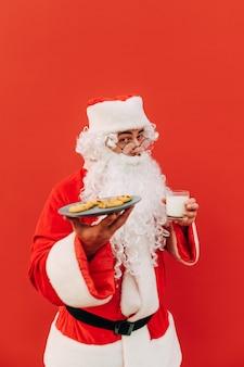 Verticale opname van een vrolijke kerstman