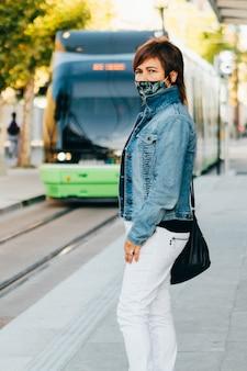 Verticale opname van een vrouw die een gezichtsmasker draagt