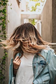 Verticale opname van een vrouw die haar haar draait