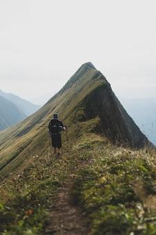 Verticale opname van een wandelaar op het hardergrat-pad in de zwitserse alpen
