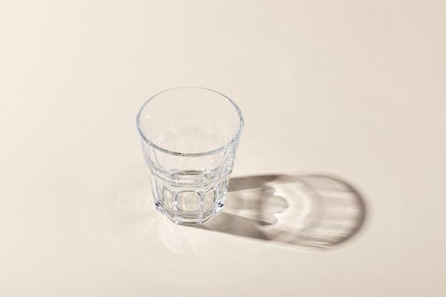 Verticale opname van een whiskyglas met schaduw