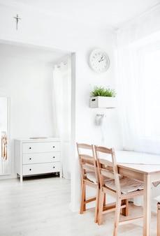Verticale opname van een wit interieur met houten elementen