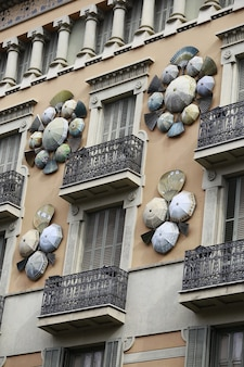 Verticale opname van het casa bruno cuadros-gebouw versierd met parasols en handventilatoren in spanje