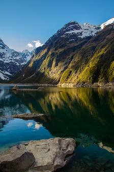 Verticale opname van het marian-meer en de bergen in nieuw-zeeland