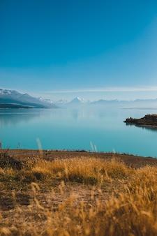 Verticale opname van het meer pukaki en mount cook in nieuw-zeeland
