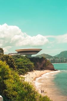 Verticale opname van het niteroi contemporary art museum in brazilië