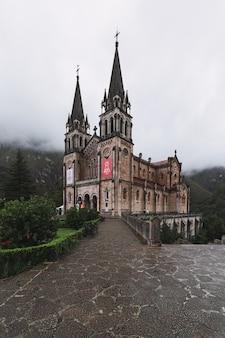 Verticale opname van het parque nacional de los picos de europa cordinanes, spanje