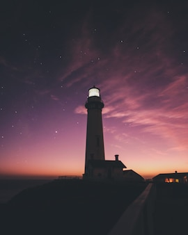 Verticale opname van het pigeon point light station met een prachtige lucht in de bij zonsondergang