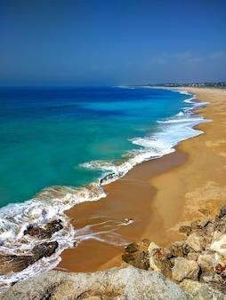 Verticale opname van het strand van het natuurpark estrecho in tarifa, spanje