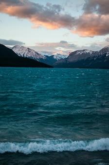 Verticale opname van het water in de buurt van de besneeuwde berg in het grand teton national park