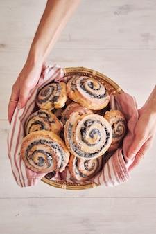 Verticale opname van maanzaadbroodjes met suikerglazuur