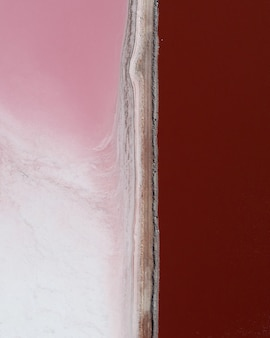 Verticale opname van roze tinten naast elkaar gedeeld door een lijn