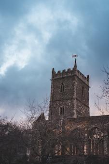 Verticale opname van st peter's church in bristol, uk onder een bewolkte hemel