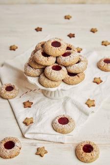 Verticale opname van vers gekookte koekjes met jam voor kerstmis