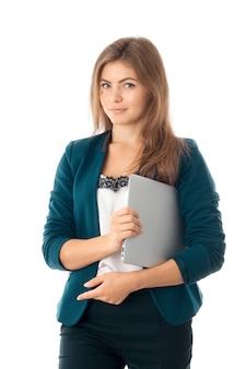Verticale portret van mooie zakenvrouw in blauwe jas met laptop in handen kijken naar de camera geïsoleerd op een witte achtergrond