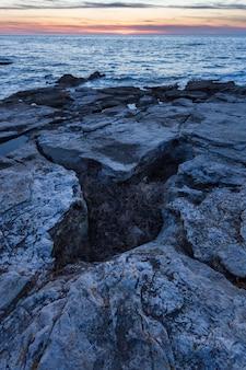 Verticale schot van rotsformaties aan de adriatische zee in savudrija, istrië, kroatië