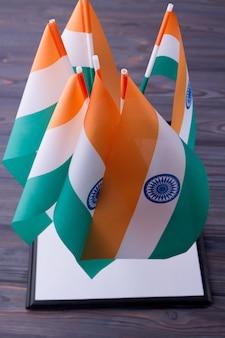 Verticale shot collectie van indiase vlaggen op grijze houten achtergrond