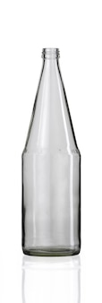 Verticale shot van een lege glazen fles geïsoleerd op een witte achtergrond Gratis Foto