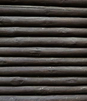 Verticale stapel van houten boomstammen