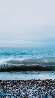 Verticale weergave van bovenaf op zee. perfect voor verticaal behang. meditatie op de zee - zeestenen. selectieve focus